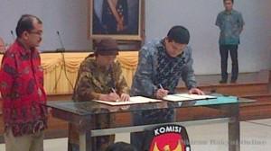 Ariani Sukanwo (ketua PPUA Penca) dan Husni Kamil Manik (Ketua KPU) menandatangani MoU
