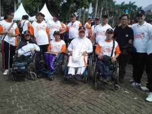 Penyandang disabilitas dari PPUA Penca berfoto bersama anggota KPU dalam acara Gerak Jalan Sehat Pemilu 2014