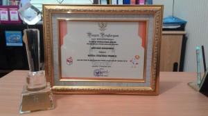 Piagam dan tropi penghargaan untuk ibu Ariani Soekanwo sebagai Mitra Strategis Pemilu